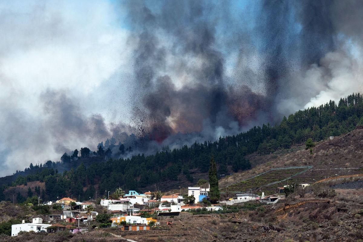 """В Сети показали последствия """"пробуждения"""" вулкана на Канарах: Испания массово эвакуирует людей"""