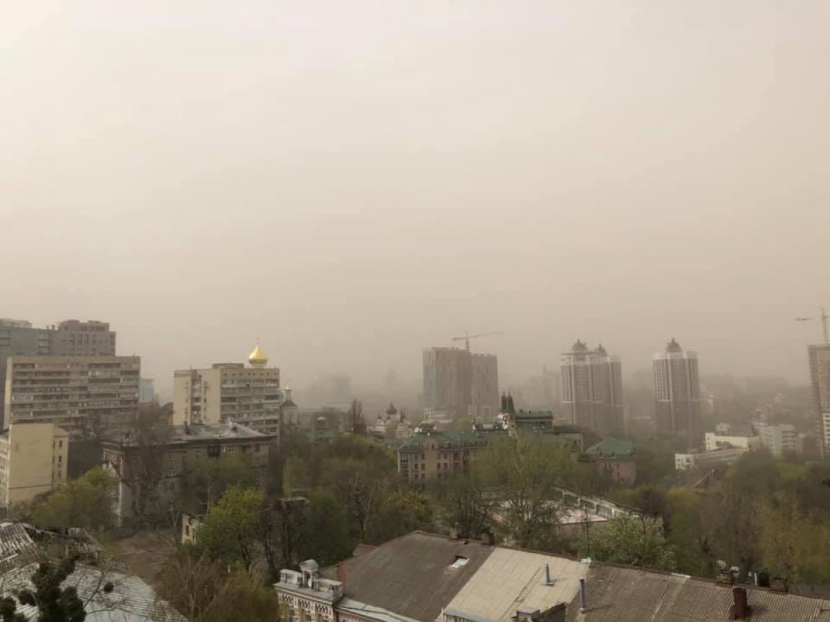Киев вслед за пробками накрыло еще и стихией: кадры пылевой бури