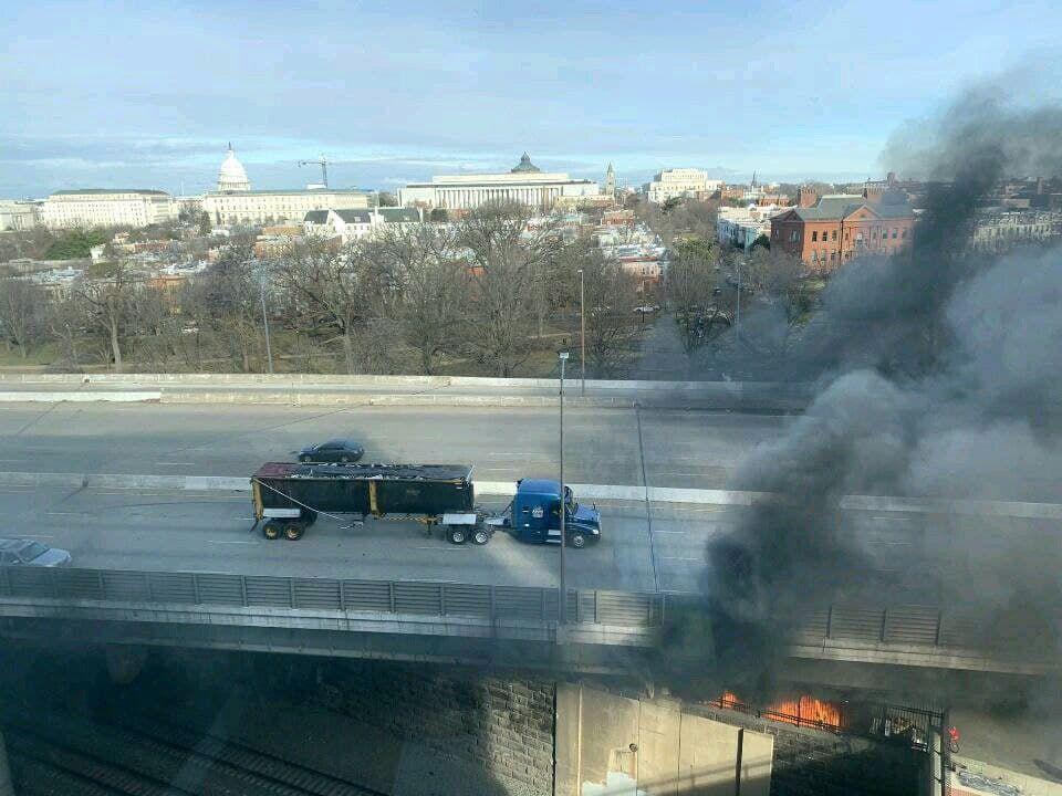 Дым и огонь над Капитолием: Конгресс США экстренно эвакуировали, звучит сигнал тревоги