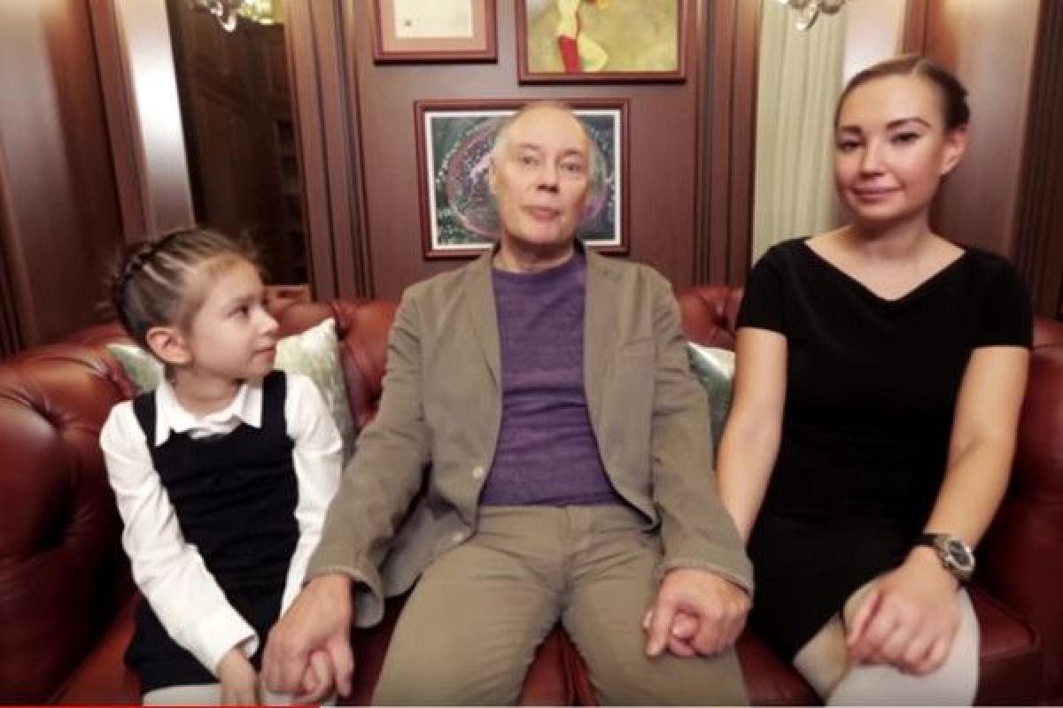 Осиротевшую внучку Владимира Конкина Алису могут отдать в другую семью