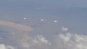 Пассажиры американского авиалайнера сняли потрясающее видео: сразу три инопланетных корабля с пульсирующим светом пролетели мимо их иллюминаторов - кадры