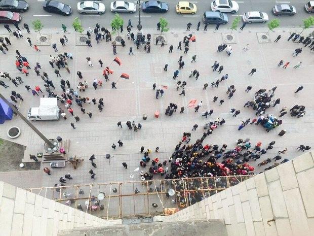Владельцы МАФов штурмом взяли здание горсовета Киева: активисты устроили жесткую драку с полицией и Нацгвардией