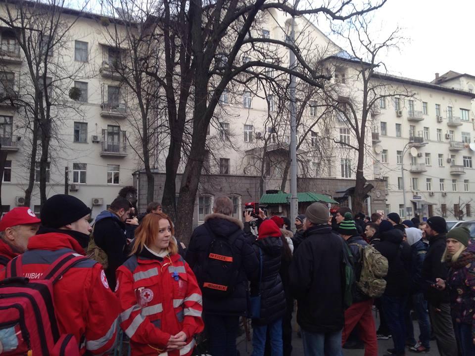 В Киеве националисты демонтировали крест, установленный на месте будущего строительства храма УПЦ МП - кадры