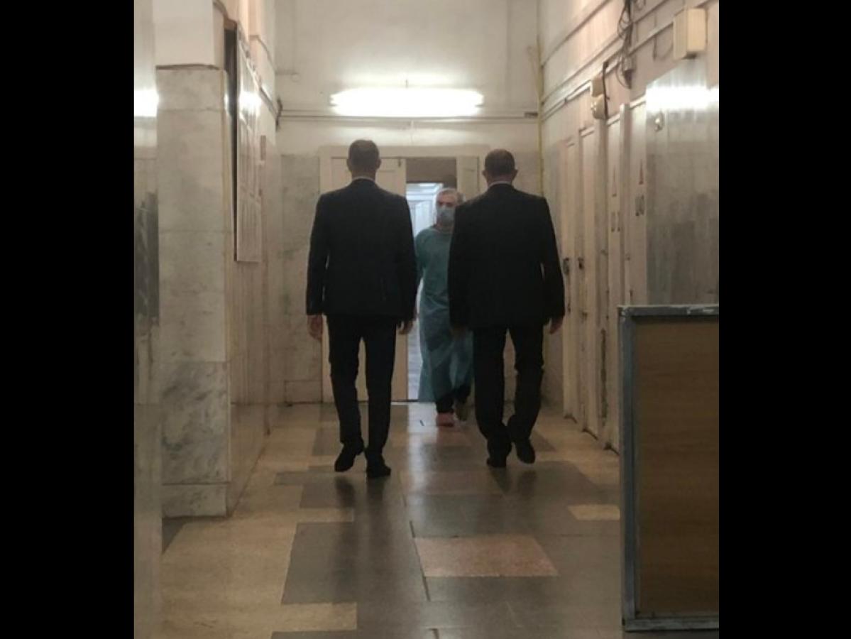 """В больнице, где лежит Навальный, появились подозрительные люди: """"На вопросы не отвечают. Врача в кабинете нет"""""""