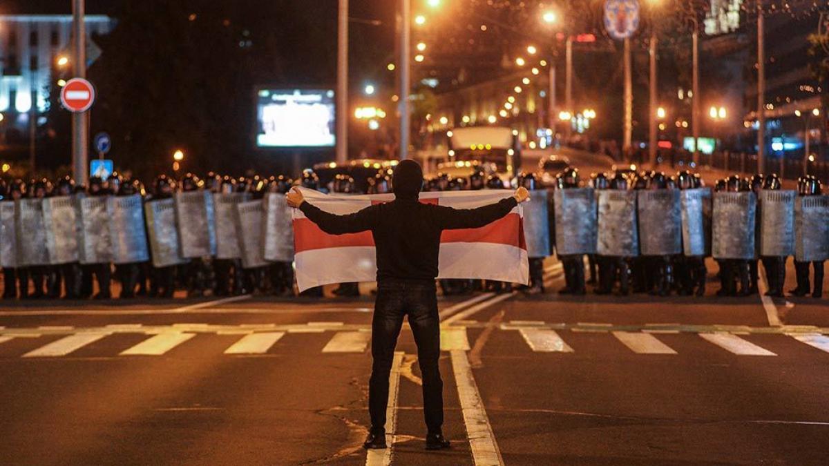 Человек в черном начал стрелять на протестах в Беларуси: в Сети показали видео