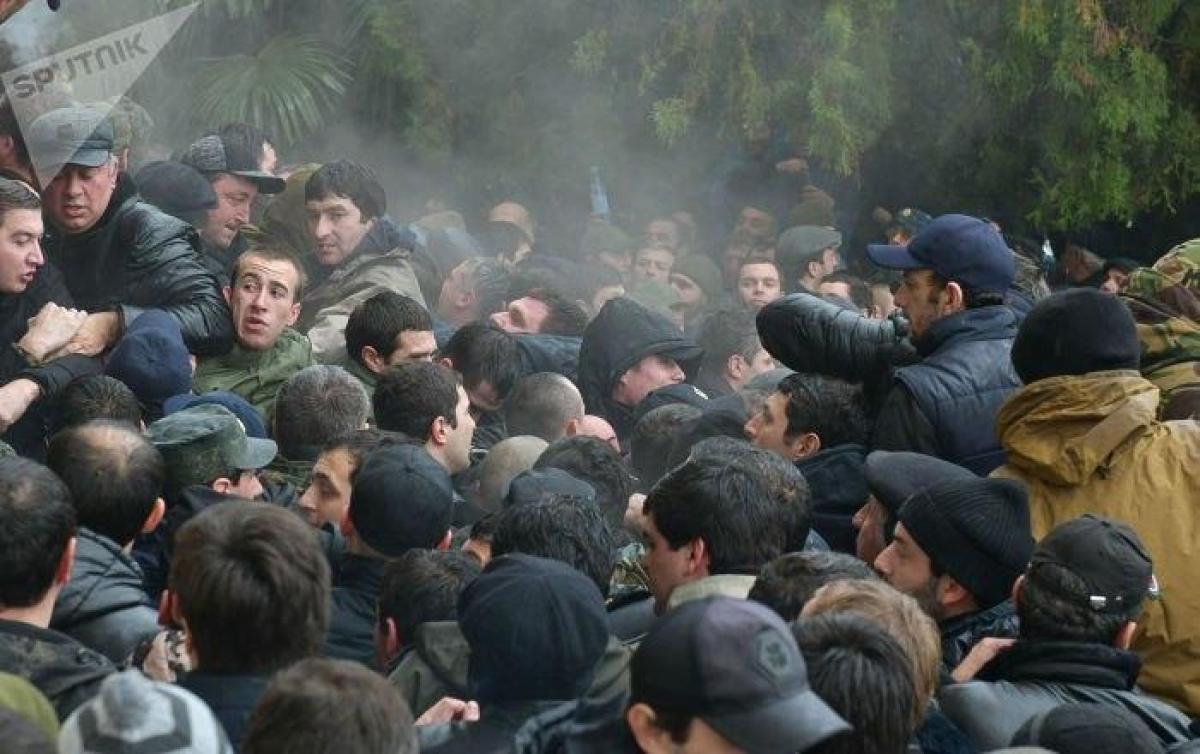 Абхазия, Сухуми, штурм, президент, полиция