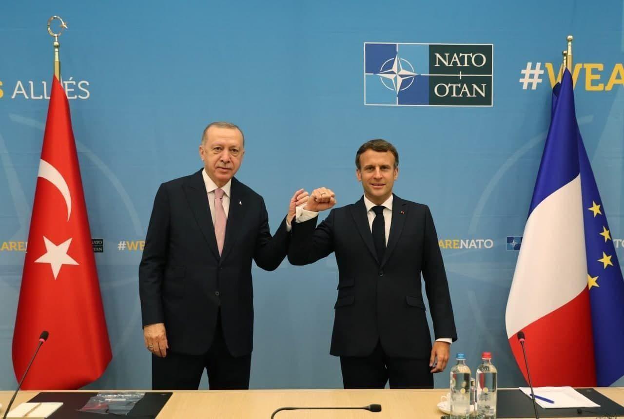 """Эрдоган впервые """"скрестил кулаки"""" с Макроном после нападок друг на друга"""