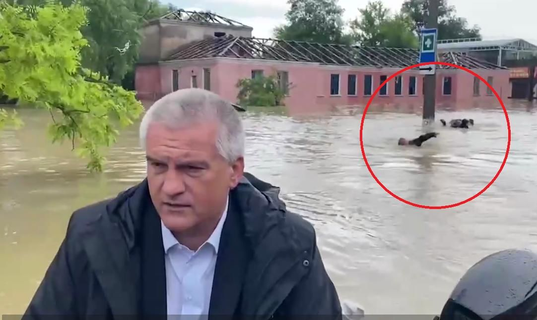 В затопленной Керчи спасатели МЧС кролем плыли за лодкой с Аксеновым – видео вызвало скандал в Сети