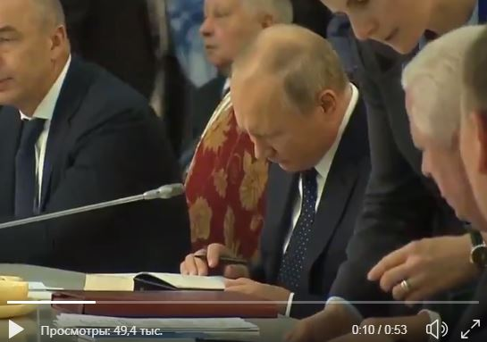 """""""Видно, что читает по слогам"""", - Путин на публичном мероприятии опозорился с книгой Пушкина – кадры """"взорвали"""" Сеть"""