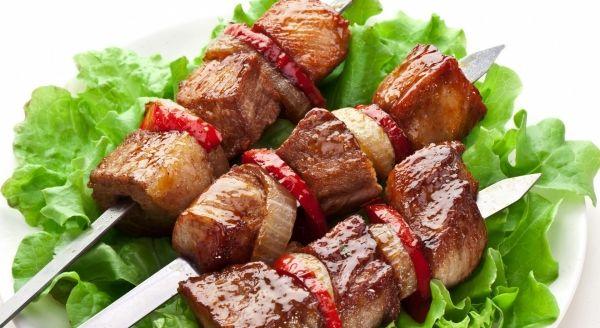 Секрет приготовления азербайджанского шашлыка: необычное мясо с соусом и очень вкусным маринованным луком