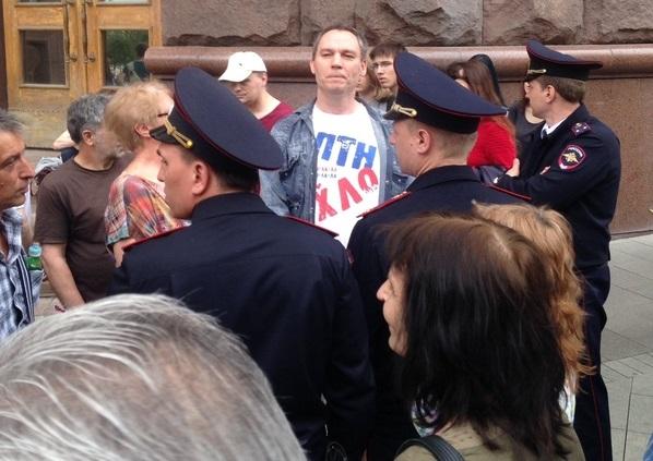 Кадры: в Москве силовики задержали митингующего в футболке с легендарной надписью о Путине. У рамок во весь голос протестующие поют знаменитый хит украинских ультрас