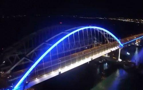 """Кадры нового """"достижения"""" со строительства Керченского моста: стало известно, чего хотят добиться с помощью подсветки российские оккупанты"""