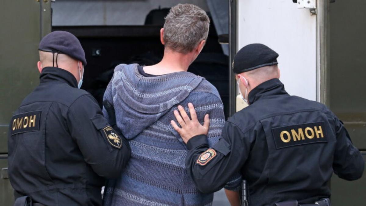 В Беларуси из окна авто сняли видео: что милиция делает с участниками протестов