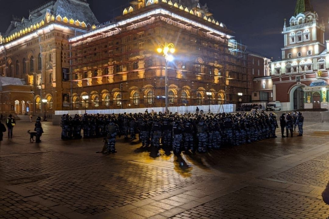 ОМОН стягивают в центр Москвы и Петербурга - идет подготовка к массовым волнениям из-за Навального