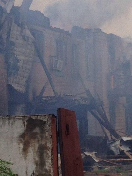 Как выглядит поселок Ханженково после обстрела: сгоревшее здание суда и разрушенная школа