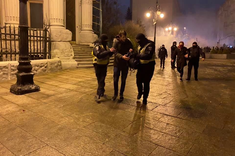 Столкновения на Банковой: 17 сторонников Стерненко задержаны, есть раненые полицейские