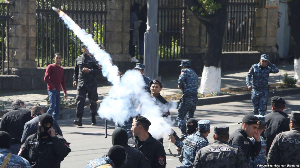Ереван снова захлестнули мощные протестные акции: митингующие напомнили о своих четырех главных требованиях – важные подробности и кадры