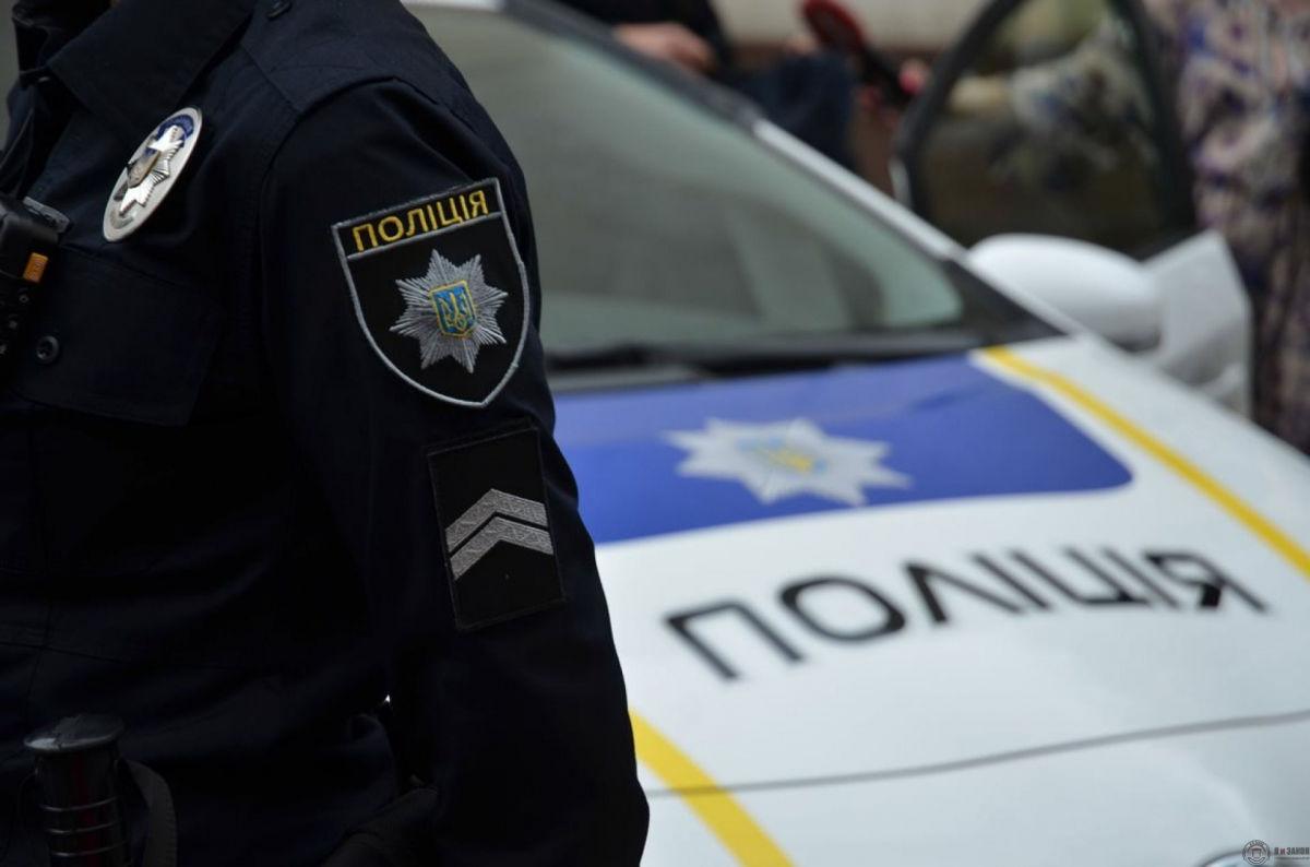 Стрельба средь белого дня: под Киевом неизвестный в камуфляже обстрелял машину с семьей