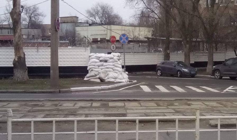 В Донецке готовятся к боям на улицах города: окна админзданий закладывают мешками с песком и землей – СМИ