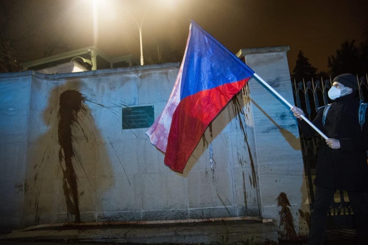 """Скандал между Россией и Чехией: в Праге активисты облили посольство РФ """"субстанцией коричневого цвета"""""""