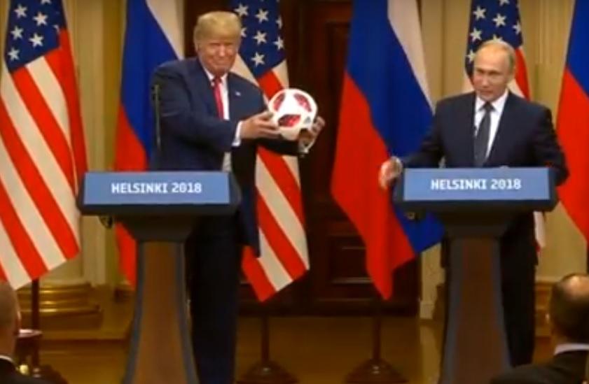 Трамп в прямом эфире бросил в свою супругу Меланию мяч, подаренный Путиным, - видеокадры