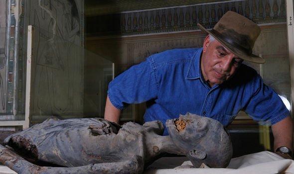 Археологов преследуют кошмары после того, как они открыли египетский саркофаг: кадры