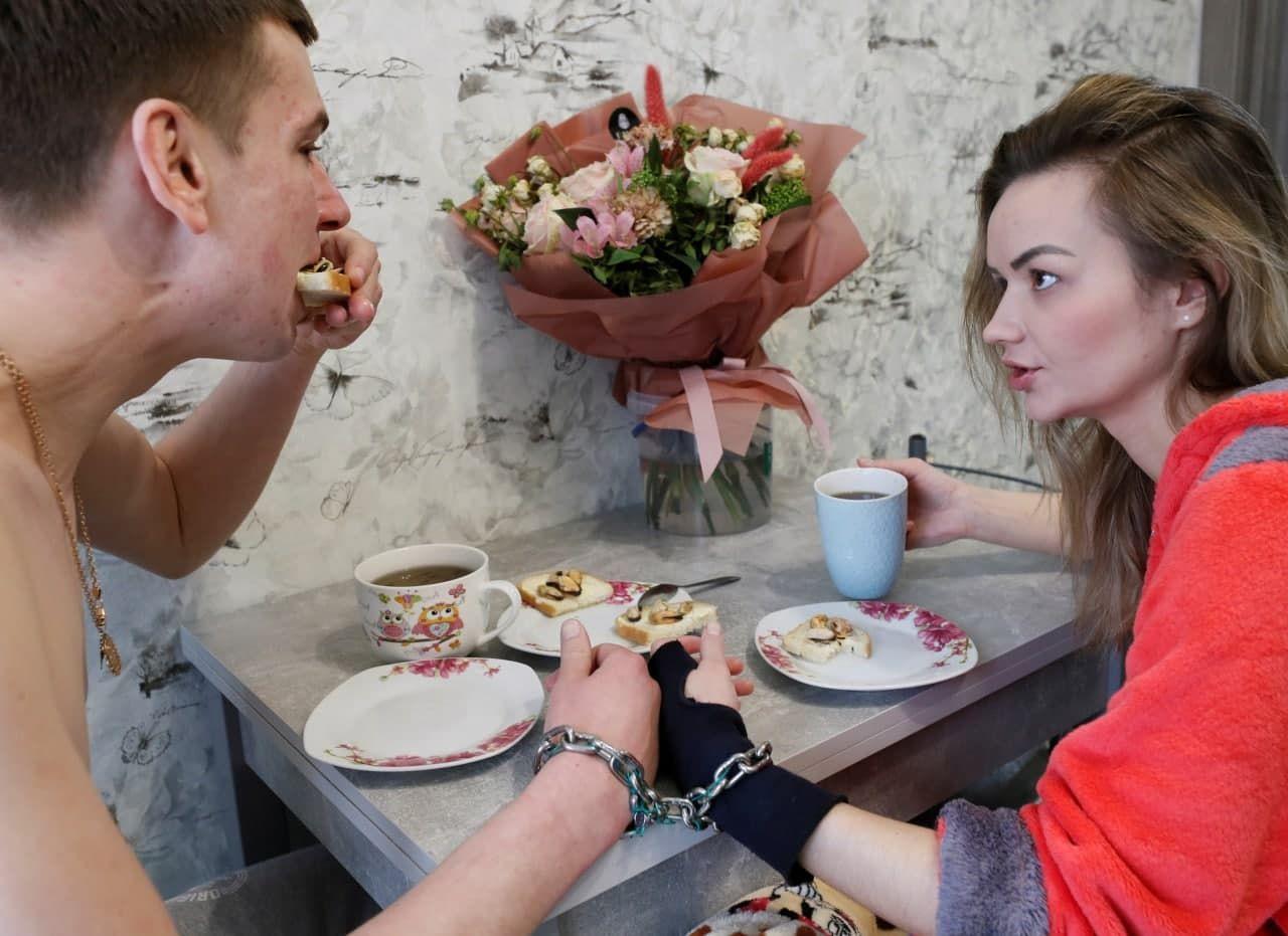 """""""Чтобы никогда не расходиться"""": как сегодня живут влюбленные из Харькова, сковавшие себя цепью"""
