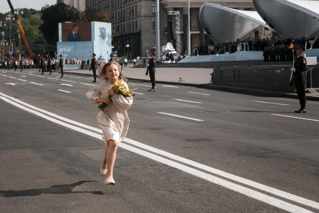 Слезы Зеленского на параде в Киеве: что известно о девочке, которая растрогала президента Украины