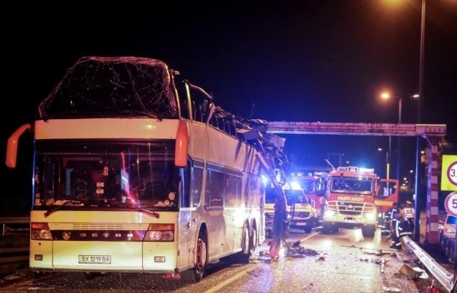 Доставали из-под обломков автобуса: кадры масштабного ДТП в Венгрии с украинцами, много тяжелораненых