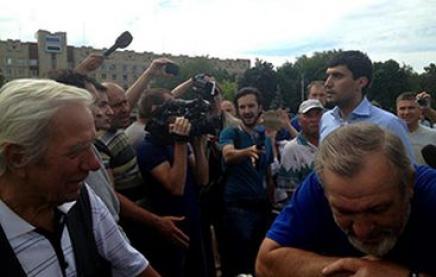СМИ: жители Славянска встретили нардепа Левченко весьма нерадушно