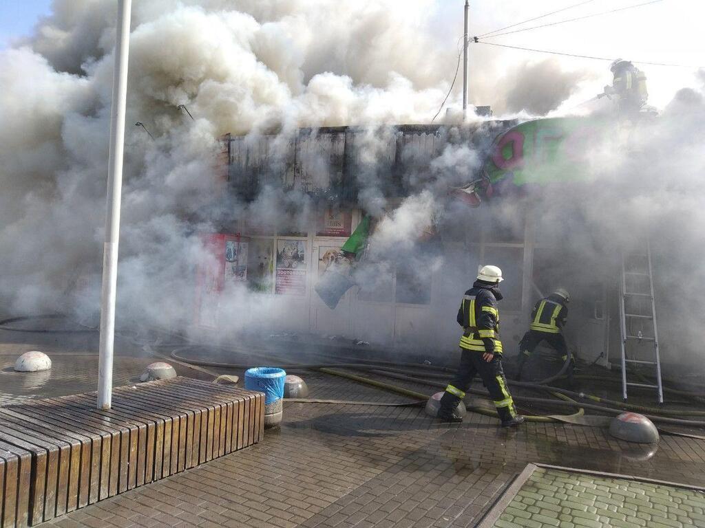 В Киеве случился масштабный пожар на рынке у метро – первые кадры