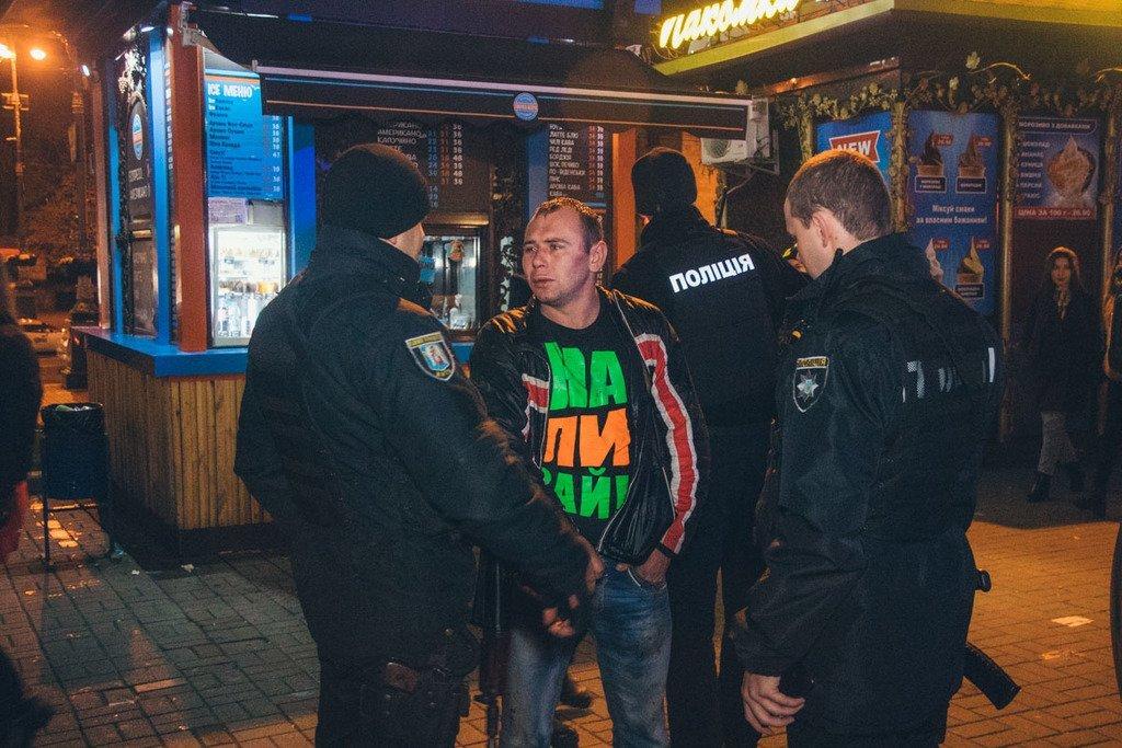 Кадры: в центре Киева пьяный мужчина при нападении искусал людей - подробности