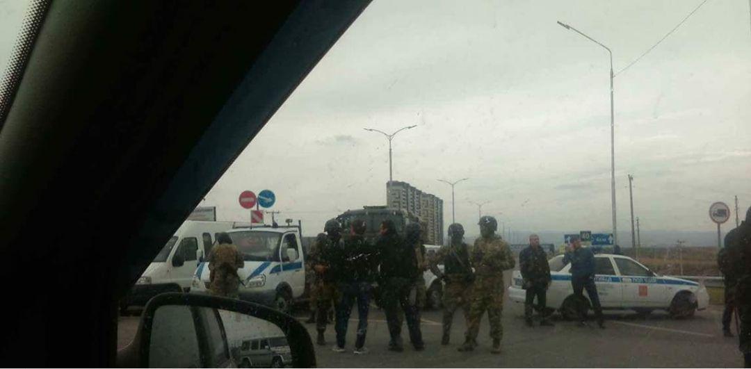 В Ингушетии митингующие бросаются под танки и перекрывают дороги. ОМОН отказывается выполнять приказы Москвы – кадры