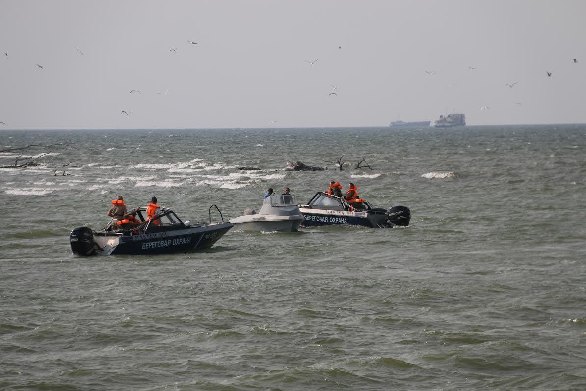 Российские спецслужбы задержали два судна, которые прошли по Азовскому морю, – кадры