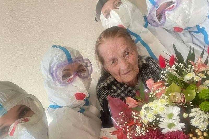 В Черновцах 100-летняя украинка победила COVID-19 в тяжелой форме - кадры выписки растрогали Сеть