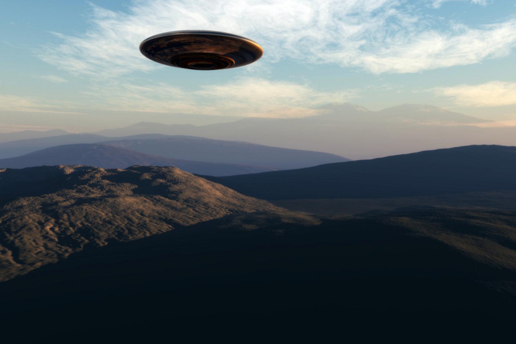 Пентагон показал видео с НЛО: военные самолеты США засекли в воздухе странный объект на высокой скорости, видео