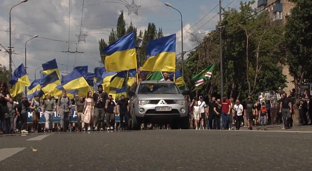 """Дончане про военный парад ВСУ в Мариуполе: """"Хотим, чтобы в Донецке было также"""""""
