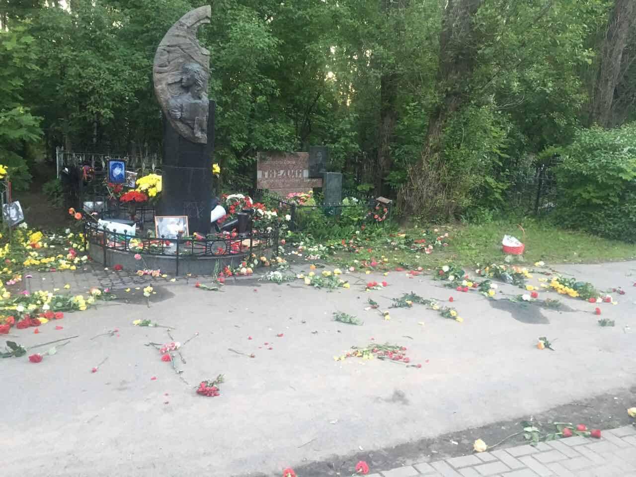 Вот что за страна? Ублю**и…! В Петербурге неизвестные осквернили могилу Виктора Цоя — фотофакт