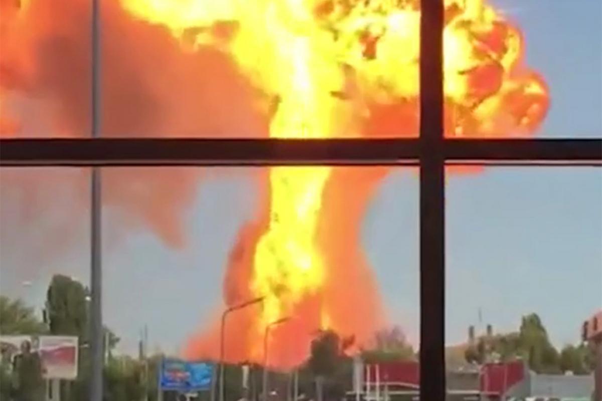 В Москве крупный пожар на газозаправочной станции, слышны взрывы: первые кадры попали в Сеть