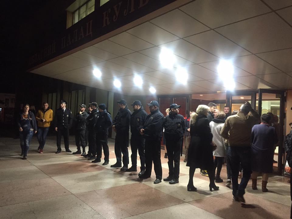 В Николаеве активисты блокируют концерт скандального Сергея Бабкина - кадры