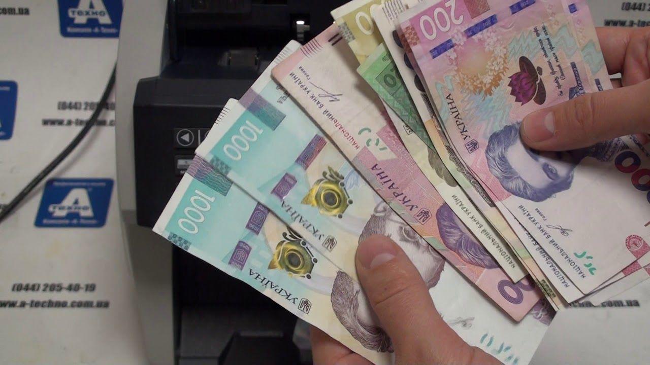 Общественность удивил поступок бедной женщины из Бердянска, нашедшей в мусорном баке пакет с деньгами