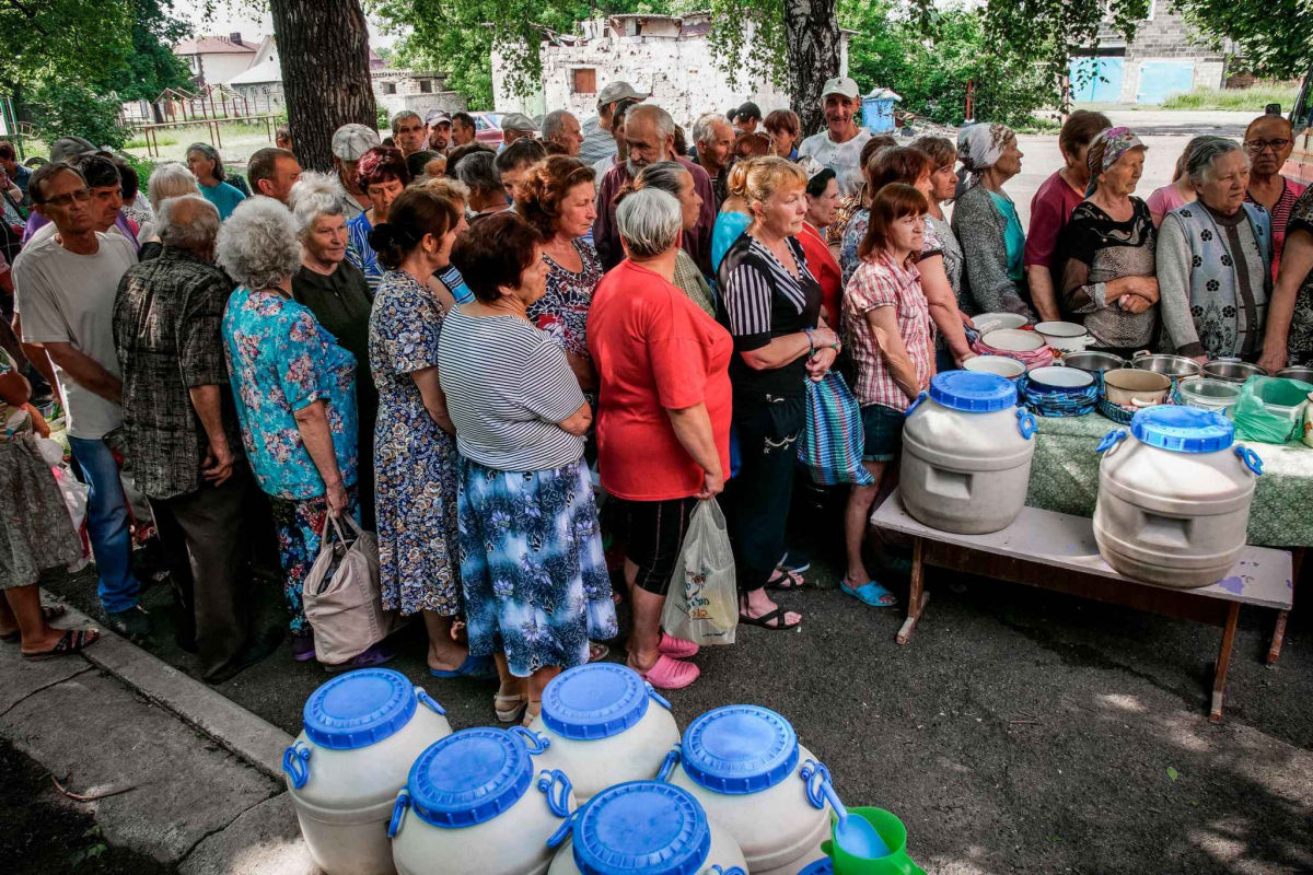 """""""Грустное зрелище"""", - в Сети показали, как жители Макеевки стоят в очереди за бесплатной кашей"""