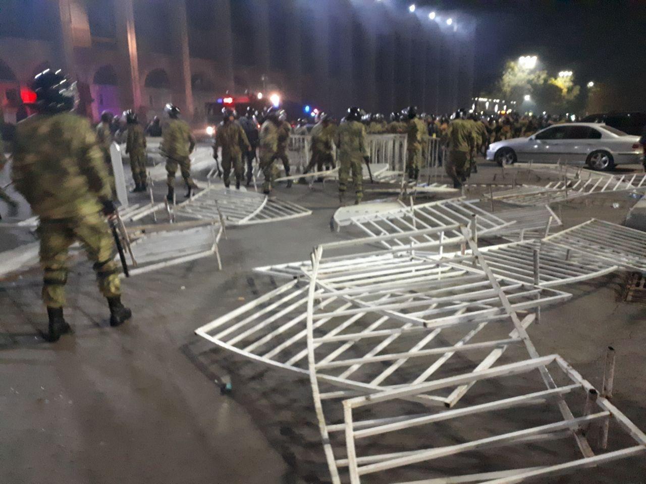 Камни, светошумовые гранаты и газ: в стычках в Бишкеке пострадали десятки человек - кадры противостояния