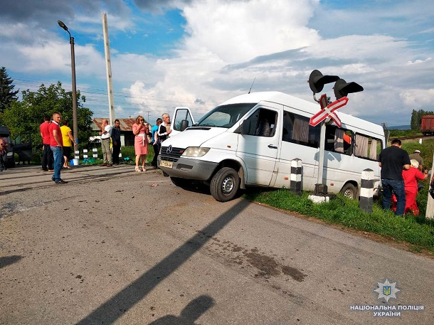 На Буковине автобус с людьми влетел в поезд: много раненых, есть погибшие - первые кадры с места ДТП