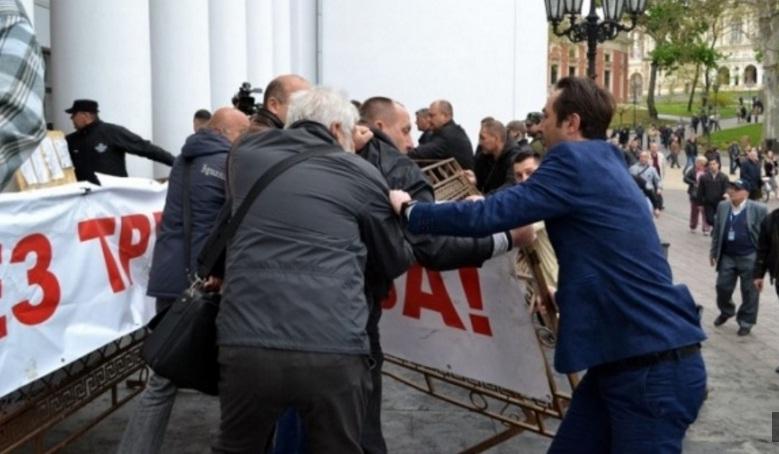 Под мэрией Одессы снова неспокойно: заместители мэра оттолкнули активистов и разобрали баррикады у главного входа