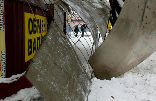 В Донецке повторилось макеевское ЧП: очевидцы публикуют фото обрушившейся крыши остановки