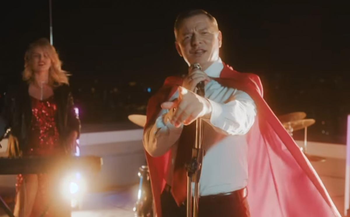 """""""Всех возьмем на вилы"""", - Олег Ляшко в костюме супергероя стал политическим певцом"""