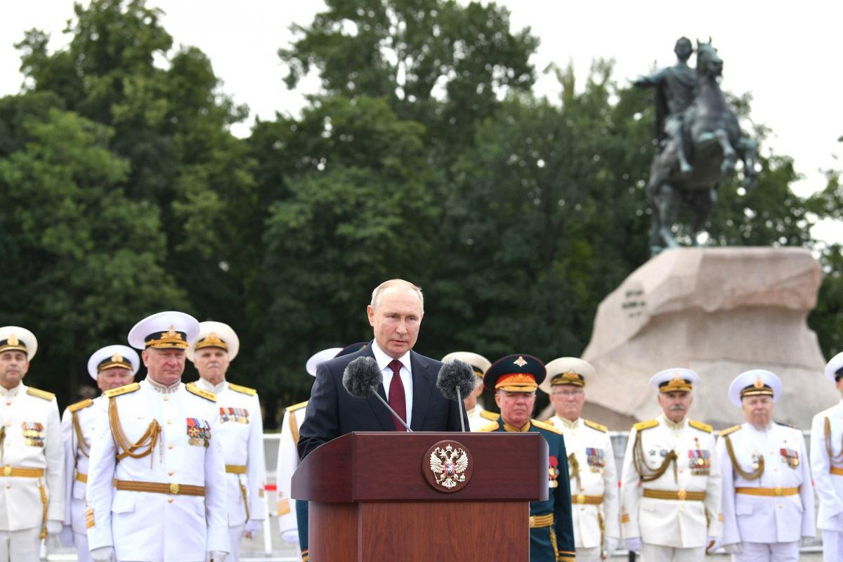 """Путин на военном параде в Петербурге грозил врагам России: """"Способны нанести неотвратимый удар"""""""