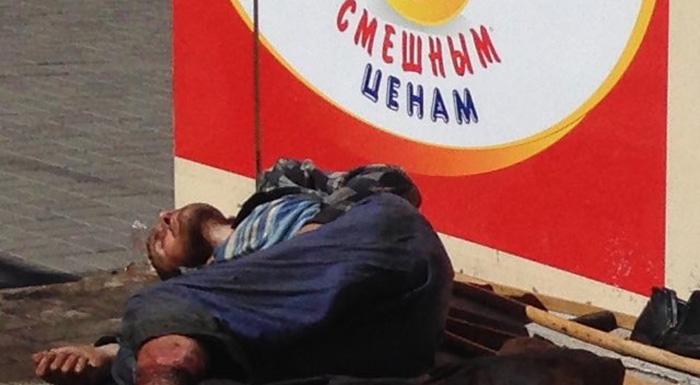 """В Донецке посреди улицы лежит пожираемый мухами экс-боевик """"ДНР"""" без стопы: соцсети опубликовали шокирующие кадры"""