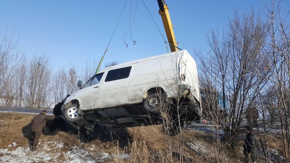 Известные волонтеры из Запорожья по пути на Донбасс попали в жесткое ДТП: автобус пришлось вытаскивать спецтехникой - кадры